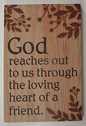 Inga Cartel de metal con texto en inglés 'God Reaches Us Through Friends' para colgar en el escritorio, con texto en inglés 'God Reaches Us Through Friends' (8 x 12 pulgadas)