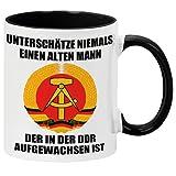 """GESCHENK1 Tasse mit Spruch """"Unterschätze niemals einen alten Mann - der in der DDR aufgewachsen ist"""" / DDR Ostalgie, Nostalgie / Kaffeebecher mit Spruch als DDR Geschenkidee für Männer / 330ml Schwarz"""