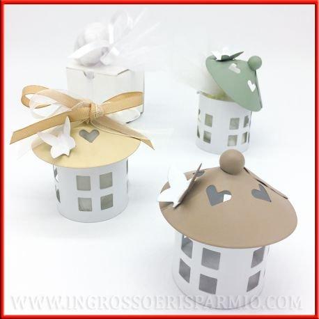 Petites lanternes/bonbonnières en forme de nichoir avec base ronde blanche et toit conique coloré avec un papillon blanc kit 24 pz. bianco in scatola