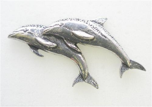 Par de delfines Pin de peltre Inglés en fino, hecho a mano.