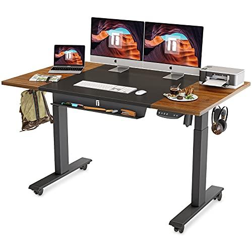 FEZIBO Escritorio eléctrico de pie con bandeja para lápices, mesa de pie de 63 x 24 pulgadas, mesa de pie para sentarse con tablero...