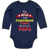Shirtracer Vatertagsgeschenk Tochter & Sohn Baby - Mein Held trägt Feuerwehrstiefel - 12/18 Monate - Navy Blau - Feuerwehr Babystrampler - BZ30 - Baby Body Langarm
