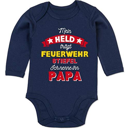 Shirtracer Vatertagsgeschenk Tochter & Sohn Baby - Mein Held trägt Feuerwehrstiefel - 6/12 Monate - Navy Blau - Feuerwehr Strampler - BZ30 - Baby Body Langarm