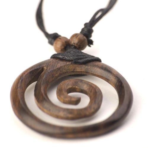Collar colgante tallado a mano de madera real. Diámetro 45 mm. La cuerda de nylon es ajustable. Al ser un artículo de madera real, el tono de color puede variar ligeramente. El artículo viene en una caja de regalo de marca 81stgeneration.