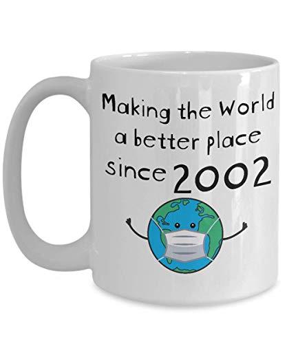 Taza de cumpleaños de cuarentena - Haciendo del mundo un lugar mejor desde 2002 - Versión de máscara - Divertido 18 para una mujer de 18 años Hombre Él Ella - Quédese en casa Taza de café -