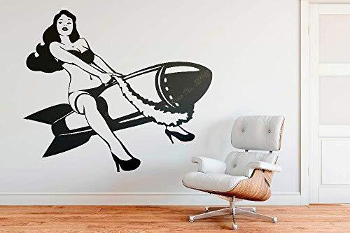 Pinup meisje rijden een bom muur sticker iconische mooie vrouw vintage slaapkamer verwijderbare Vinyl Art muursticker 42 * 49cm