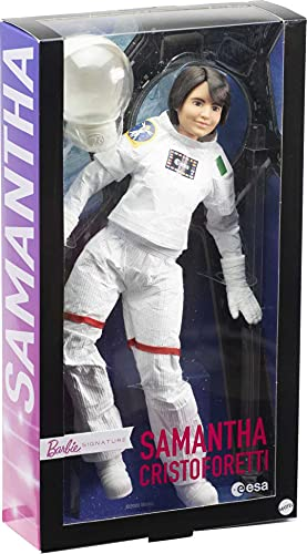 Barbie Signature Samantha Cristoforetti, muñeca astronauta de colección de juguete (Mattel GTJ81)