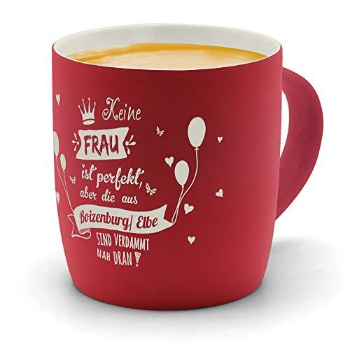 printplanet - Kaffeebecher mit Ort/Stadt Boizenburg/Elbe graviert - SoftTouch Tasse mit Gravur Design Keine Frau ist Ideal, Aber. - Matt-gummierte Oberfläche - Farbe Rot