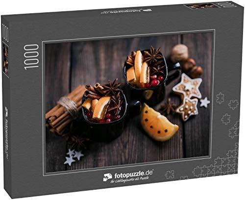 fotopuzzle.de Puzzle 1000 Teile Weihnachts-Glühwein und Lebkuchenkekse mit Gewürzen und Lebensmittelverzierungen auf dunklem Holztisch, Kopierraum