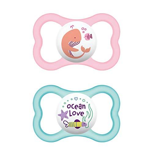 MAM Air Latex Schnuller im 2er-Set, extra leichtes und luftiges Schilddesign, zahnfreundlicher Baby Schnuller aus Naturkautschuk mit Schnullerbox, 16+ Monate, Wal/Ocean