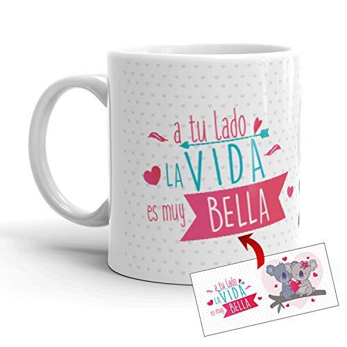 Kembilove Taza de café para Pareja de Enamorados - Taza A tu Lado la Vida es Muy Bella Regalo Original para Novios y Novias San Valentín - Taza de Desayuno para Regalar Enamorados, Aniversarios