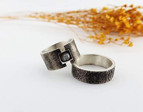 Alianzas de plata con diamante en bruto.