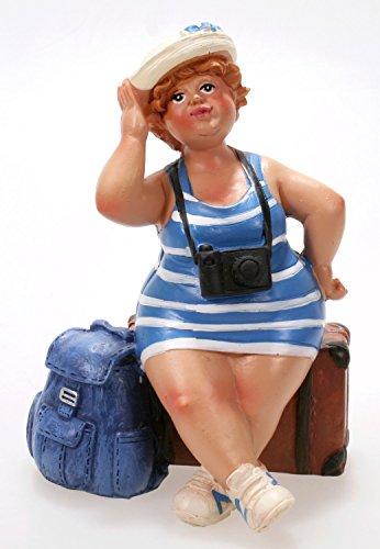 Schick-Design Touristin im blau gestreiften Kleid mit Koffer und Rucksack 12 cm Mädchen Rubensfrau mollige Dame Dicke Frau Figur Urlaub Souvenir Reise