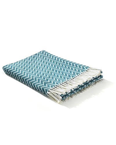 myHomery Decke aus Baumwolle - Tagesdecke leicht & kuschelig - Made IN EU - Wolldecke mit Zick-Zack Muster - Wohndecke Fransen - Kuscheldecke modern und hochwertig - Weiß / Petrol | 130 x 170 cm