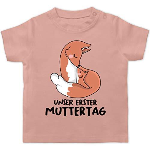 Muttertagsgeschenk Tochter & Sohn Baby - Unser erster Muttertag mit Füchsen - 6/12 Monate - Babyrosa - Geschenk - BZ02 - Baby T-Shirt Kurzarm