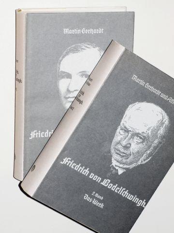 Gerhardt, Martin/ Adam, Alfred: Friedrich von Bodelschwingh. Unveränd. Nachdr. d. Ausg. 1950 /58. 2 Bände (Werden und Reifen / Das Werk). Bielefeld-Bethel, v. Bodelschwinghsche Anst., 1980. 8°. 6 Bll., 569 S.; 800 S., einige Bildtaf. u. beil. Ahnentafel (Fraktur). Leinen. Schutzumschl. (ISBN 3-922463-07-X)