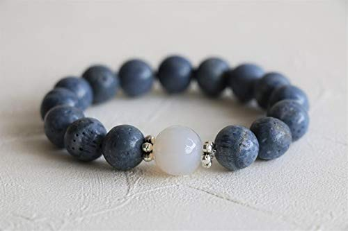 Coral azul natural con piedra de luna 12 mm Forma redonda Pulsera elástica de 7 pulgadas con cuentas lisas para hombres / mujeres con cuentas de metal plateado.