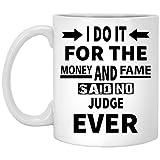 NA Taza Personalizada para Judge - Lo Hago por el Dinero y la fama Dijo Que Nunca Judge - Regalo novedoso para él/Ella en Navidad - Taza de cerámica Blanca