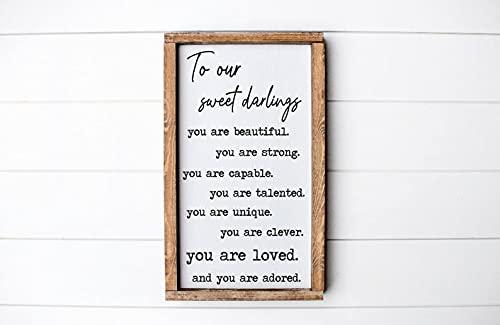 """by Unbranded Holzschild \""""To Our Sweet Darlings\"""", Mädchenzimmer, Zwillingszimmer, kleine Mädchen, Kinderzimmerdekoration, Holzschild, Heimdekoration"""