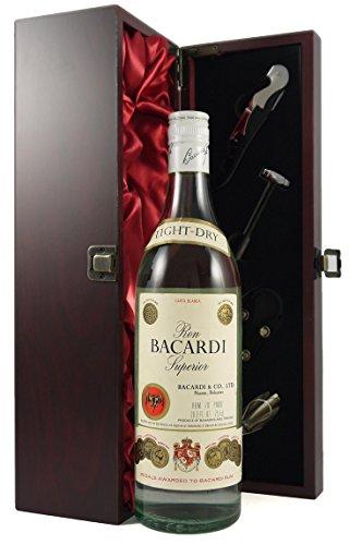 Ron Bacardi Superior Carta Blanca Rum 1970's Bottling in einer mit Seide ausgestatetten Geschenkbox, da zu 4 Weinaccessoires, 1 x 700ml
