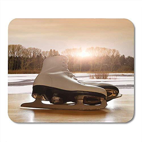 Mauspads Winter Schlittschuhe auf Holztisch gegen gefrorenen See Landschaft Sport Abbildung Mousepad für Laptop,Desktop Computer Zubehör Mini Office Supplies Mouse Mats 30X25CM
