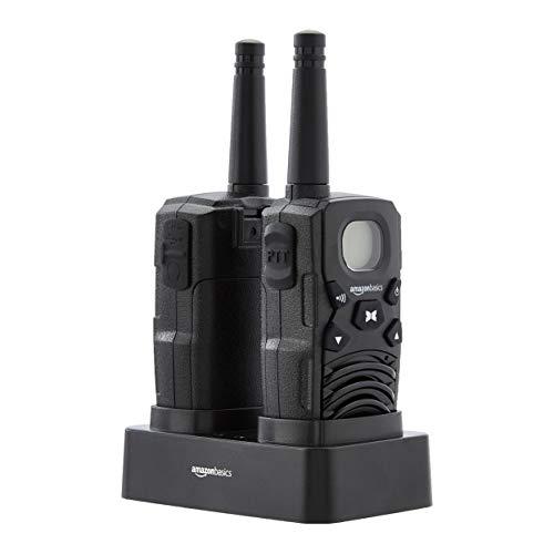 AmazonBasics - Radio Walkie Talkie bidireccional con cargador de sobremesa, baterías, conexión de larga distancia, pantalla LCD, radio FM (paquete de 2)