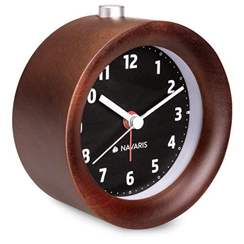 Navaris Analog Holz Wecker mit Snooze - Retro Uhr Rund mit Ziffernblatt in Schwarz Alarm Licht - Leise Tischuhr ohne Ticken - Naturholz in Dunkelbraun