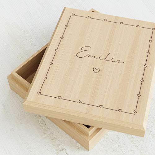 sendmoments Aufbewahrungsbox aus Holz mit individueller Namensgravur, originelle Geschenkidee, personalisierte Erinnerungsbox 113 x 130 mm mit Herzchen-Motiv, Schachtel für Kinder mit Name und Design