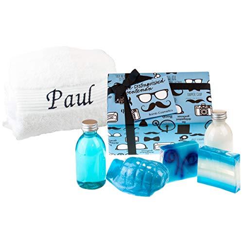 Badeset – The Distinguished Gentleman mit weißem Handtuch: hochwertiges Wellness-Set mit handgemachten Kosmetikprodukten für Männer von Bomb Cosmetics – Handtuch mit Wunschname personalisiert