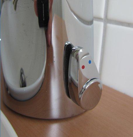 Watermeetsdesign – Waschtisch-Sensorarmatur, Kalt- und Warmwasser, integrierter Batteriebetrieb, Chrom - 2