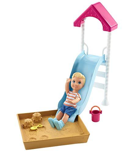 Barbie Babysitter, Playset con Bambola Skipper Piccola e Parco Giochi con Scivolo, Sandbox e Accessori, Giocattolo per Bambini 3+ Anni, FXG96