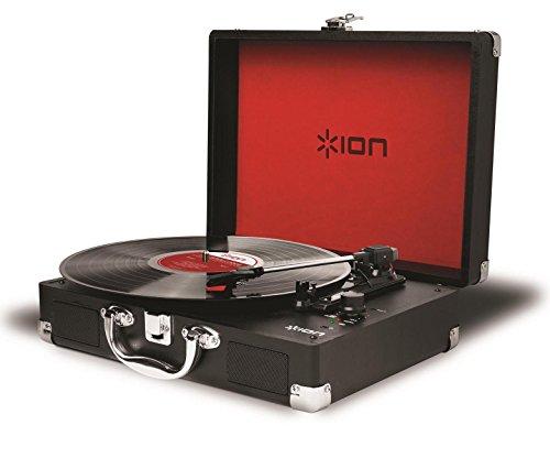Ion Audio Vinyl Motion Giradischi Portatile a Tre Velocità con Altoparlanti Stereo Integrati, Batteria Ricaricabile e Conversione Audio USB, Stile Valigetta, Rosso