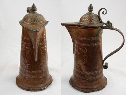 Kanne, um 1900, Kupfer getrieben, in Kartuschen Inschrift: Adolf und Saalfelder, stärkere Gebrauchsspuren, Stift für Deckelscharnier fehlt. H: 27 cm