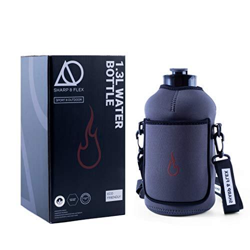 Botella de agua Sharp & Flex Fire de 1,3 l, con funda de almacenamiento, de Tritan para gimnasio, viajes, senderismo, camping, entrenamientos, footing, reutilizable y a prueba de fugas, 44 oz