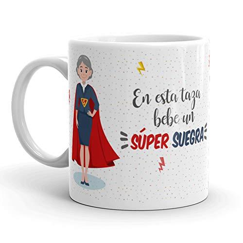 Kembilove Taza de Café para Suegra – Aquí Bebe una Super Suegra – Taza de Desayuno para Familia – Regalo Original para Cumpleaños, Navidad, Aniversarios – Taza de Cerámica Impresa de 350 ml