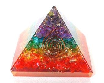 Healing Crystals India Designer & Multi-Chakra energetische Orgonit-Pyramide, Energetische Energie-Generator, wunderschöne Pyramide mit Gravur (Chakra- Orgon 40 – 55mm)