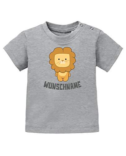 Comedy Shirts - Clipart Löwe - Wunschname - Baby T-Shirt - Graumeliert/Grau Gr. 92/98