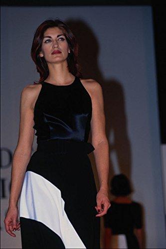 709078 Vrouw Het dragen van Zwart Satijn Mouwloos Top En Lange Rok A4 Photo Poster Print 10x8