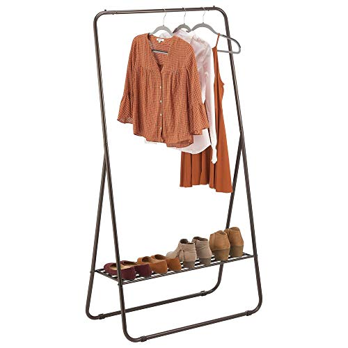 mDesign Perchero de pie – Colgador de ropa portátil para el dormitorio, el armario o el recibidor – Práctica barra perchero con estante para zapatos de metal resistente – color bronce