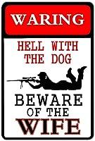 犬との警告地獄妻に注意してください超耐久性のあるブリキの看板レトロなバー人々の洞窟カフェガレージ家の壁の装飾看板8x12インチ