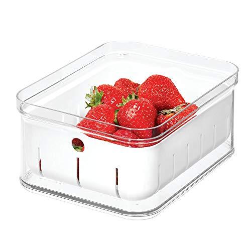 iDesign Kühlschrankbox für Früchte und Beeren, Aufbewahrungsbehälter aus BPA-freiem Kunststoff, Lebensmittelbox für Küche mit Abtropfkorb, durchsichtig, 21,1 cm x 16,1 cm x 9,9 cm