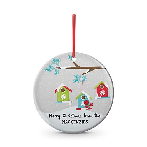 DKISEE Vrolijk Kerstfeest Winter Scene KLANT LAST NAAM Ornament Ronde Vormige Familie, Vogelhuisjes, Familie, Vogel, Sentimenteel, Plat Keramisch Ornament 3.1 inch