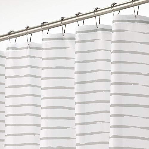 mDesign Duschvorhang – wasserabweisender Badewannenvorhang mit modernem Streifenmuster – leicht zu pflegener Duschvorhang – weiß & hellgrau