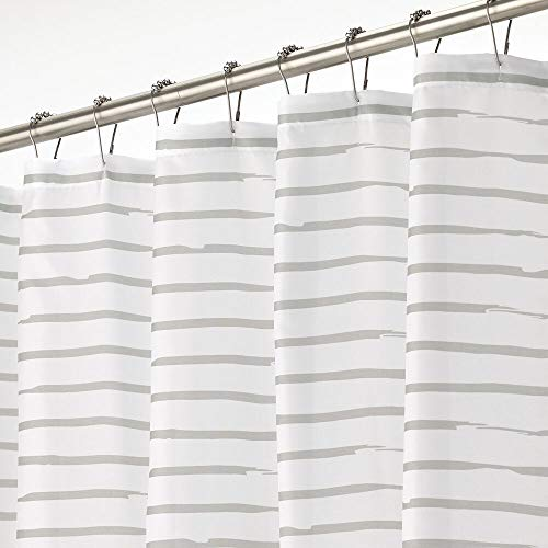 mDesign Cortina de ducha – Cortina de baño impermeable con moderno diseño de rayas – Accesorio para ducha de cuidado fácil – blanco y gris claro