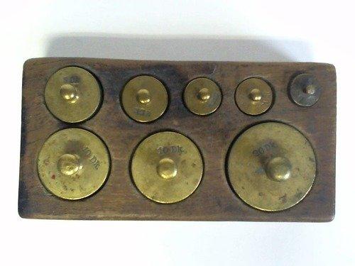 Ein Satz von 8 Messinggewichten im Holzblock