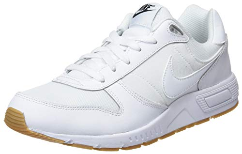 Nike Nightgazer, Zapatillas de Gimnasia Hombre, Blanco (White/White/Gum Light Brown/Bl 101), 45.5 EU