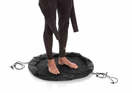 Cambiador portátil para practicantes de deportes acuáticos con el que mantendrás tu neopreno a salvo de suciedad y arena. Tiene un tamaño de 75 cm de diámetro, suficiente para cambiarse sobre él, pero puede plegarse ocupando un reducido espacio, por ...