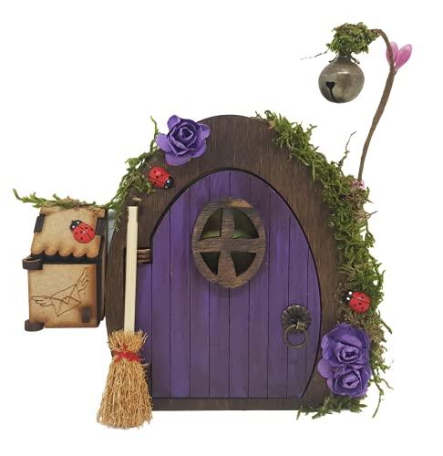 Puerta de hadas fantasía en color morado de madera con escoba y buzón. Producto artesanal