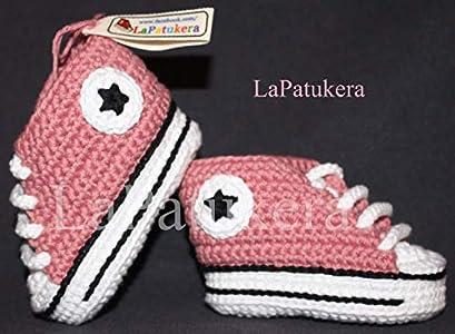 Patucos para bebé de crochet, Unisex. Estilo converse all star, de color rosa empolvado, 100% algodón, tallas de 0 hasta 9 meses, hechos a mano en España. Regalo para bebé.