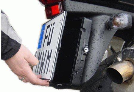 Caja de almacenamiento tras matrícula de moto